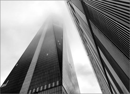 """New York City: in caso di nebbia o foschia (""""zero visibility"""") la cima del One World Trade Center scompare e viene sospesa la possibilità di salire al 102° piano per ammirare il panorama  - © Massimo Vespignani"""