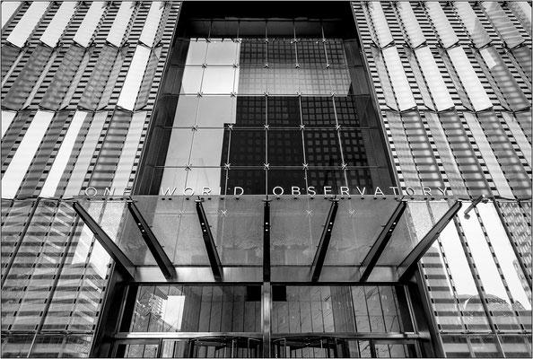 New York City: ingresso del One World Trade Center con accesso agli ascensori per l'osservatorio al 102° piano - © Massimo Vespignani