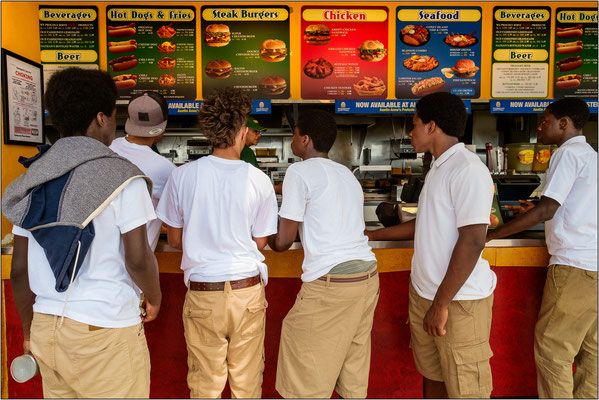 """Coney Island: il mitico e frequentatissimo chiosco """"Nathan's Famous"""" ove nel 1916 furono inventati gli hot dogs - © Massimo Vespignani"""