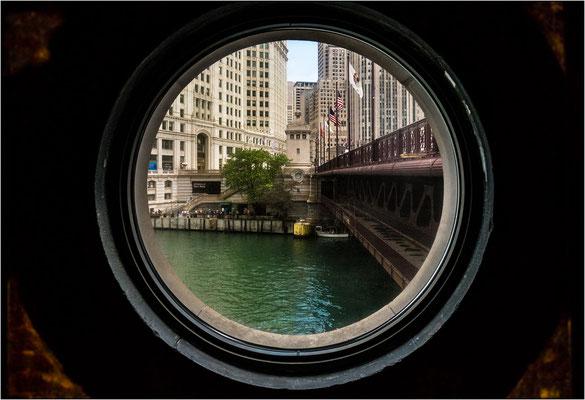 Chicago: oblò del locale tecnico dal quale viene azionato il sollevamento del ponte mobile Du Sable - © Massimo Vespignani