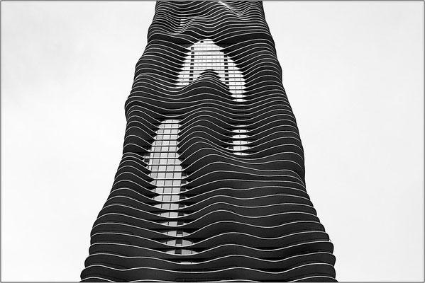 Chicago: l'Aqua Tower con i suoi caratteristici balconi ondulati, differenti ad ogni piano - © Massimo Vespignani