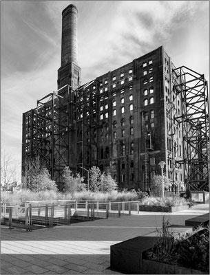 L'antico ed austero edificio industriale Domino Sugar Rafinery in fase di recupero edilizio. Fu sede della più grande raffineria di zucchero del mondo - © Massimo Vespignani