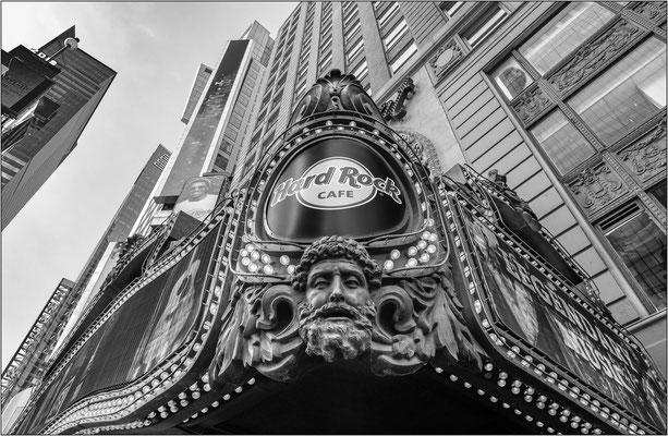 New York City: l'imponente insegna che sovrasta l'ingresso del leggendario Hard Rock Cafe al cui interno, fra l'altro, si trova il museo che raccoglie i cimeli e gli strumenti musicali appartenuti alle celebrità mondiali del rock - © Massimo Vespignani