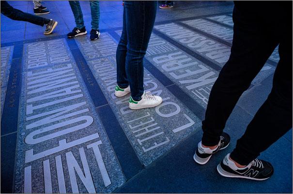 New York City: la pavimentazione di Father Duffy Square, con la mappa e i nomi dei teatri di Broadway, detiene il primato della pavimentazione più calpestata del mondo - © Massimo Vespignani