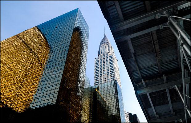 Il Chrysler Building con la sua inconfondibile guglia in acciaio inox che imita la forma dei radiatori delle automobili d'epoca - © Massimo Vespignani