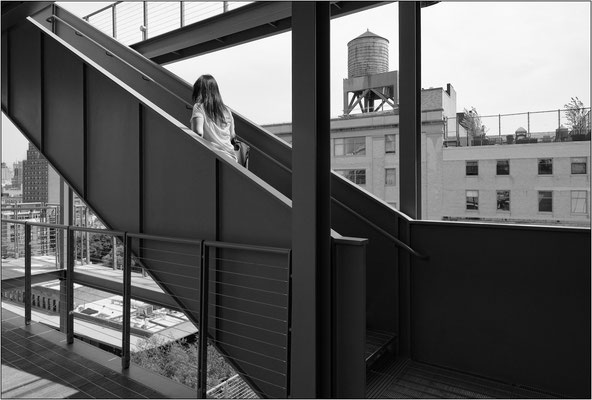 New York City: scale esterne del Whitney Museum of American Art e, sullo sfondo, una delle tante caratteristiche cisterne per l'acqua poste sulla sommità degli edifici - © Massimo Vespignani
