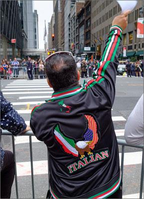 New York City: la Columbus Day Parade è la più grande manifestazione dell'orgoglio italoamericano al mondo. Lungo la 5th Avenue sfilano anche sindaci e corpi di polizia italiani giunti appositamente dall'Italia - © Massimo Vespignani