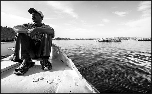 Assuan: barcaiolo sul Nilo - © Massimo Vespignani