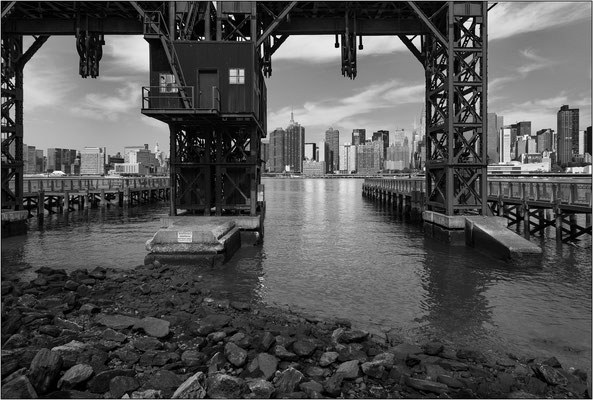 New York City: vecchie gru portuali a Long Island City - © Massimo Vespignani