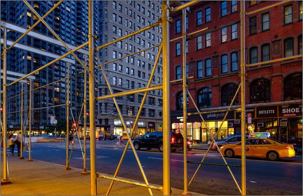 New York City: i ponteggi assemblati a forma di ampio porticato fanno oramai parte dell'architettura di Manhattan. Non vi è strada nella quale non sia presente almeno un ponteggio - © Massimo Vespignani