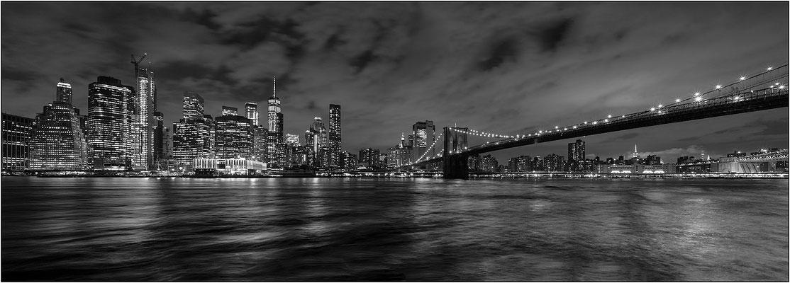 New York City: veduta notturna di Manhattan dal Brooklyn Bridge Park (panoramica ottenuta dall'unione di tre fotografie) - © Massimo Vespignani