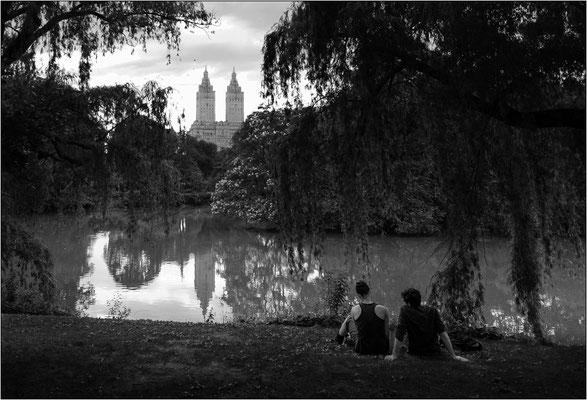 """New York City: Central Park e, sullo sfondo, le due torri speculari dello storico edificio residenziale """"The San Remo"""" - © Massimo Vespignani"""