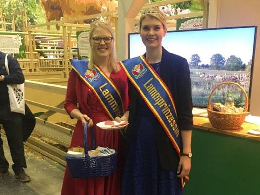 Nordfriesische Lammkönigin und Prinzessin als Repräsentanten der nordfriesischen Schafzucht und -haltung zu Besuch am VDL/BDZ-Stand.