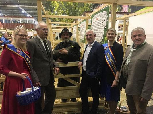 Staatssekretär Jochen Flasbarth, Bundesumweltministerium, zu Besuch am VDL/BDZ-Stand auf der Grünen Woche in Halle 25, Berlin