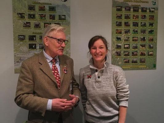 Mitarbeiterin der VDL/BDZ-Geschäftstelle Tina Langklotz sowie Jürgen Lückhoff aus Mecklenburg-Vorpommern bein Standdienst am VDL/BDZ-Stand