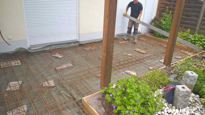 Stahlgitter für Betonplatte gesetzt.
