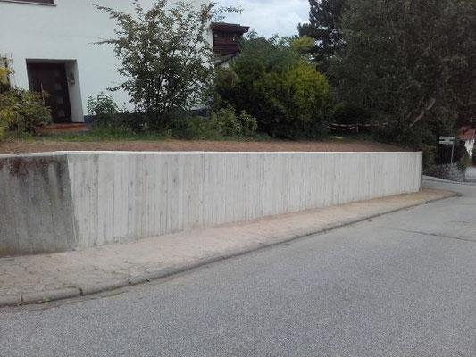 Grundstückshang mit neuer Stützmauer wieder gesichert.