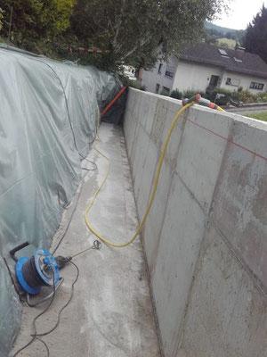 letzte Arbeiten an Stützmauer.