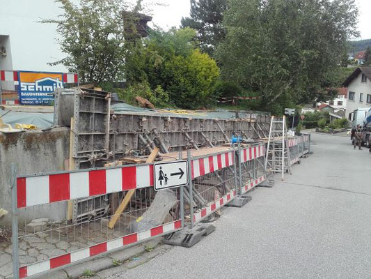 Stützmauer wird neu eingeschalt.