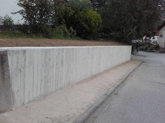 Stützmauer fertig gestellt.