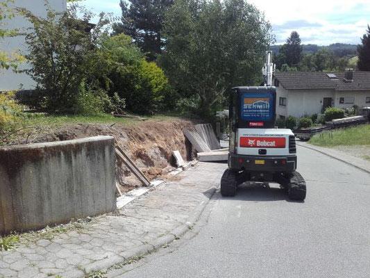 Stützmauer wird abgerissen und entsorgt.