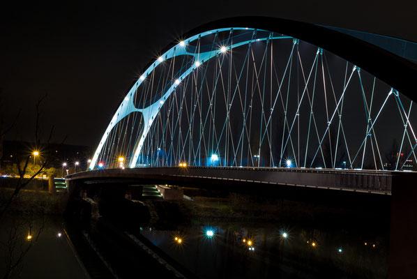 Beleuchtete Brücke am Osthafen in Frankfurt am Main