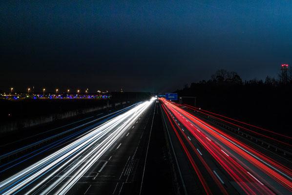 Nachtaufnahme der Autobahn A3 am Frankfurter Flughafen