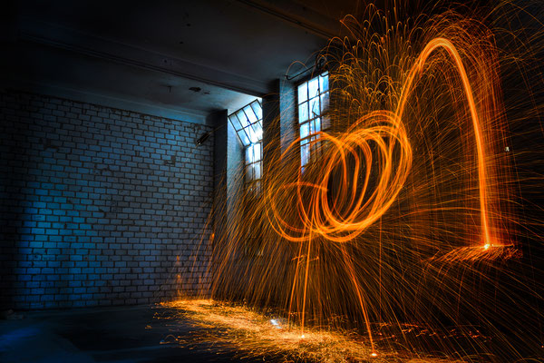 Lichtmalerei in einem Fabrikgebäude