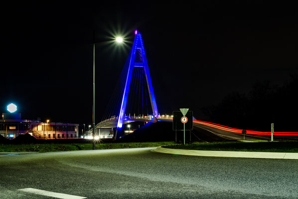 Nachtaufnahme der Pylonbrücke in Raunheim