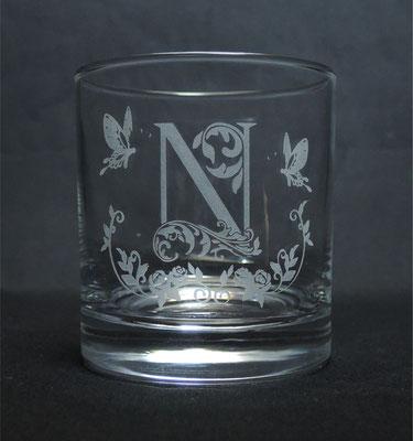 イニシャルやオリジナルデザインを彫刻した一点物のロックグラス