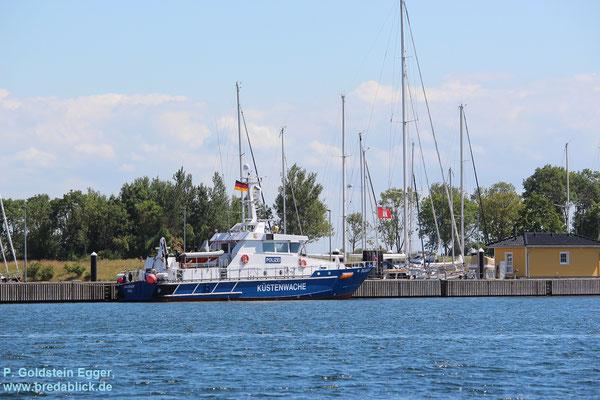 Küstenwache am Steg im Yachthafen