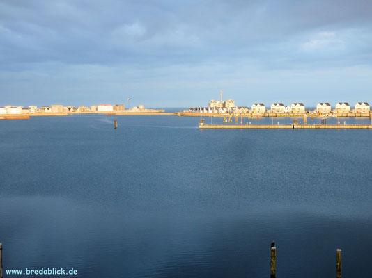 Blick über den Hafen zur Ostsee