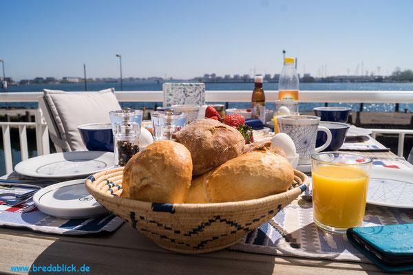 Frühstück auf der Terrasse im Erdgeschoss