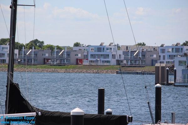 Blick über Yachthafen zum Ferienhaus Bredablick
