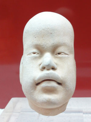 """Museo de Antropología Xalapa, el tipo """"baby face"""" existe con diferentes actitudes, desde el llanto hasta el juego, aquí con deformación craneana..."""