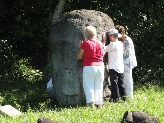 ceremonia con copias de las cabezas de piedra / ceremony with copies of the stone heads