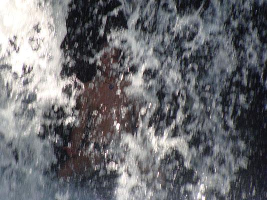meditar atrás de la cascada cerca de Montepío, Veracruz
