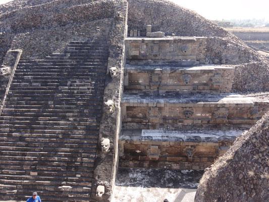 Pirámide de Quetzalcoatl, de la serpiente emplumada-cósmica (un dragón)