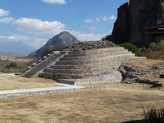 Chalcatzingo, con el Popocatépetl en el trasfondo