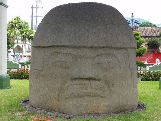 Cabeza colosal actualmente en el zócalo de Santiago Tuxtla