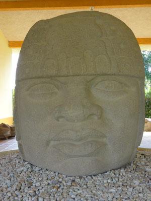 la cabeza colosal de San Lorenzo que se quedó en el museo local / the colossal head of San Lorenzo