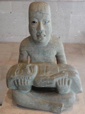 """""""Señor de Las Limas"""" con su jaguar-bebé, Veracruz, Museo de Antropología Xalapa"""