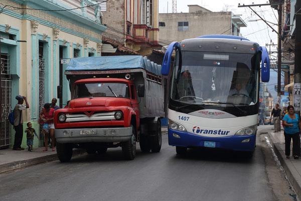 Einheimischer Buss und Touristenbuss