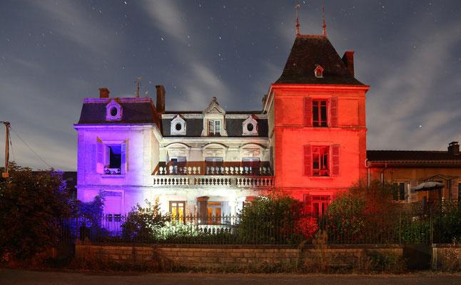 Unsere Unterkunft beleuchtet in den französischen Nationalfarben
