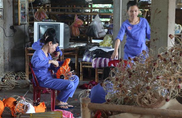 Besichtiging einer Lampenfabrik