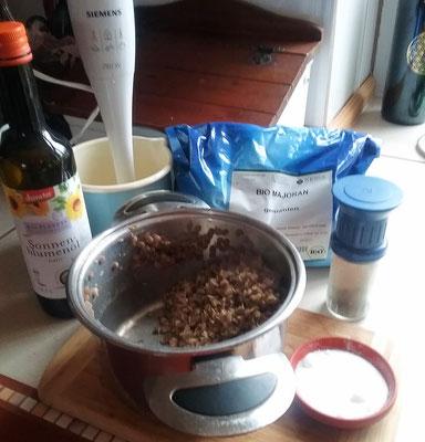 Alle Zutaten außer Zwiebeln zugeben und mit einem Mixer pürieren