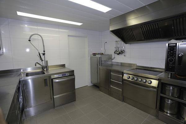 Lager Küche mit Steamer, Geschirrspülmaschine, Kochherd mit grossem Backofenund Kühlschrank