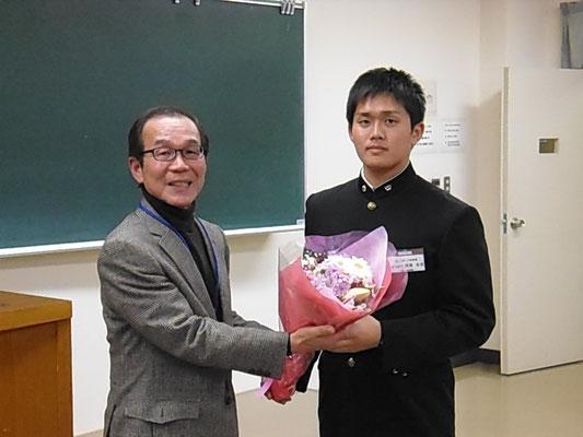河原主将から岡村前監督へ花束贈呈