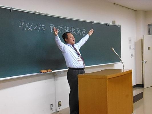 中谷俊一総務リーダー(昭和56年卒)の指揮で校歌斉唱