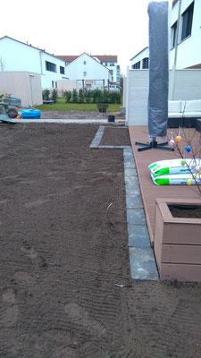 Rollrasen verlegen in Hannover, vorbereitete Fläche für Rollrasen, Basaltsteine als Rasenkante, GreenFairway e.K.